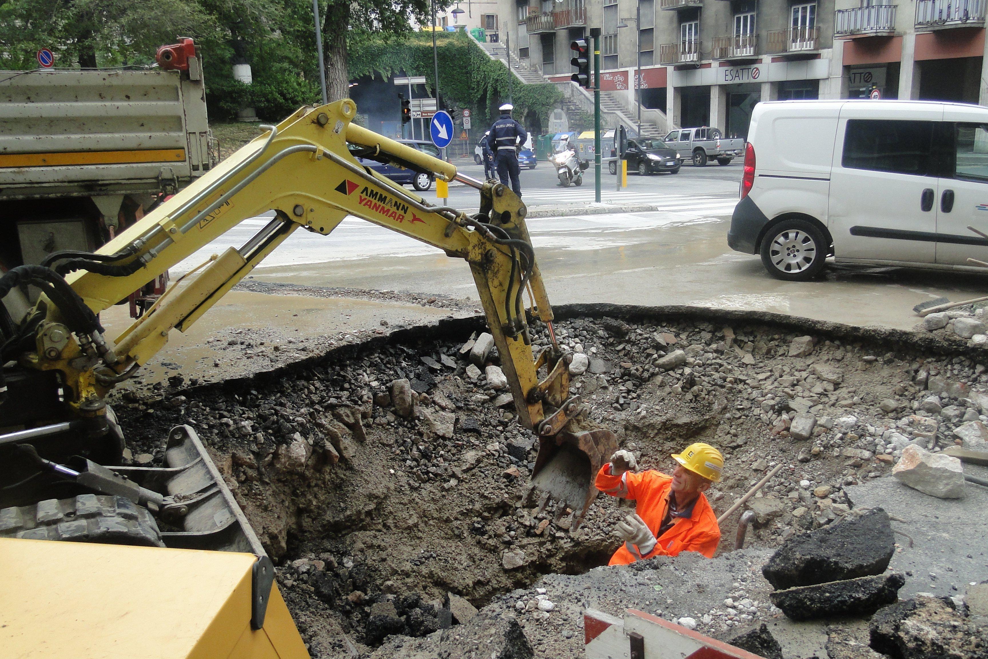 Geyser in piazza sansovino tecnici al lavoro per riparare for Mobilia trieste piazza sansovino