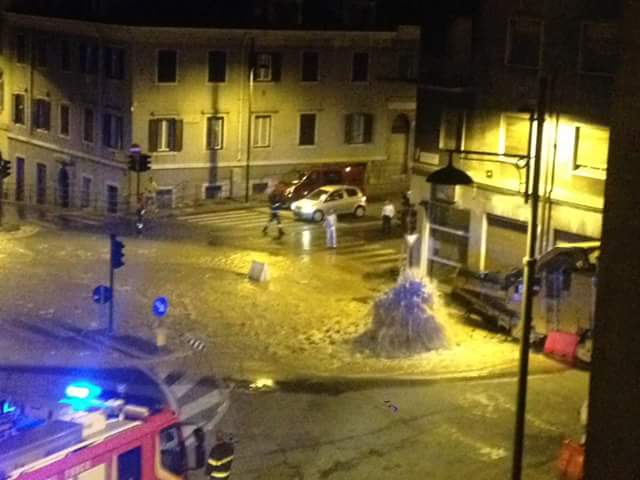 Si rompe un tubo in piazza sansovino piazza allagata e for Mobilia trieste piazza sansovino