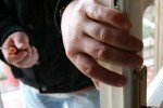 Tenta di svaligiare l'appartamento del dirimpettaio: 39enne sorpreso in flagranza di reato da un vicino