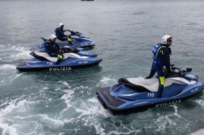 Cade dal gommone davanti alle Ginestre, viene salvato da due poliziotti su acquascooter