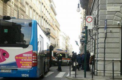 Investito un pedone in via Mazzini da un bus della Trieste Trasporti
